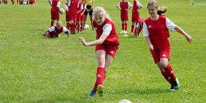 Nike Edén och Lovisa Remén i kamp om bollen på fotbollsskola i Sveg.