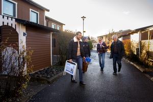 Artagan går med paret Borgström som tycker att lägenheten var fin, men de ska fundera på saken.