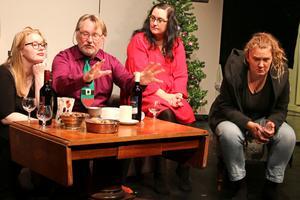 """Maria (Clara Ivemyr Strömberg, längst till höger)kommer hem till familjen i jul och släpper en nyhetsbomb i Hammarteaterns uppsättning av """"En bit utanför stan"""". Genast försöker moster Lisa (Julia Wenlöf), morbror Sven (Sören Ivemyr) och mamma Anna (Sandra Åkerblom) ta kontroll över situationen – och Marias liv."""