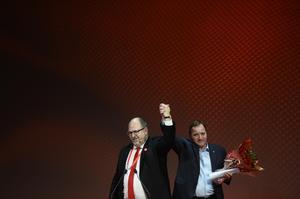 Det finns historiska band mellan LO och S, framhåller skribenterna. Bilden: LO:s ordförande Karl-Petter Thorwaldsson och statsminister Stefan Löfven (S) vid LO:s valkonferens tidigare i år.