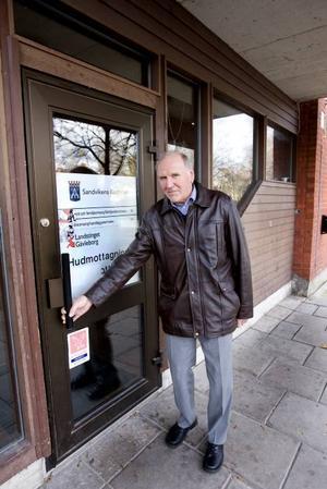 stängt. Ingvar Larsson, psoriasissjuk och styrelseledamot i Svenska psoriasisförbundets lokalförening i Sandviken, känner på den låsta dörren. Så här har det sett ut i ett halvår efter att hudklinikens ljusbehandlingsenhet på Torggatan i Sandviken stängde igen.