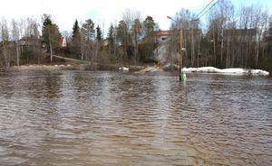 Parkeringen vid Ånäsparken i Kovland står under vatten.