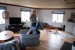 I vardagsrummet finns plats för både en soffgrupp och barnens lekar.