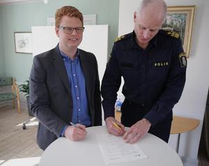 Smedjebackens kommunalråd Fredrik Rönning (S) undertecknar tillsammans med lokalpolisområdeschefen Mats Lagerblad det nya medborgarlöftet som gäller till sista mars 2019.