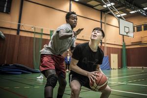Abdi och Hadi och basketträningen.
