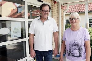 Även Janne Wahlman och Anita Edlund passar på att förtidsrösta i Sunnangården.