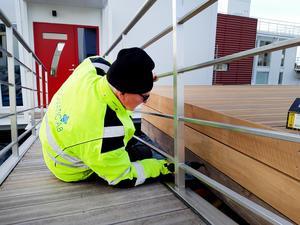Alla rostfria detaljer – som landgång, räcken, trapp och badstegar – är specialbeställda av Tobbes vän Micke, som har tillverkat dem. Foto: Privat