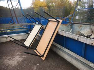 Kommunala möbler som ska slängas vid Svärdsjö återvinningscentral. Foto: Stig Johansson