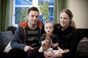 Therese Andersson och Andreas Salomonsson med dottern Ebba, 17 månader.  Foto: Linda Eliasson / VK