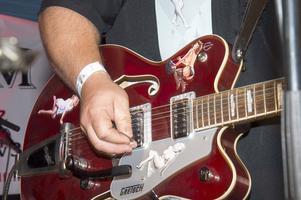 Jimmy Persson i Deep Valley Bandits spelar gitarr. Foto: Mikael Forslund