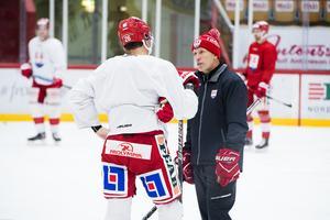 Timråtränaren Fredrik Andersson i dialog med Linus Nässén som väntas göra debut i Timråtröjan.