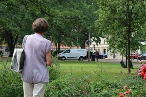 En nyinflyttad kvinna tycker det är otäckt med mordet i parken och känner sig osäker att gå ute själv.