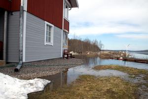 Sjön breder ut sig allt närmare huset.