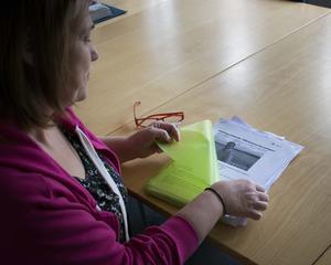 Cathrin visar upp allt material som hon samlat under åren. Med tidningsartiklar, skrivelser till politiker,forskning och inlägg i olika Facebook-grupper.