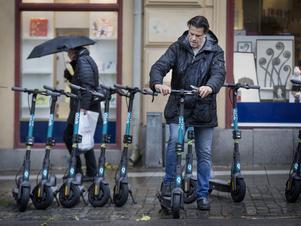 NA:s reporter Henrik Brändh testade den nya elsparkcykeln i ösregnet på Stortorget. Men  utan att lyckas få liv i tvåhjulingen.