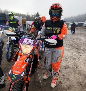 Emilia Windahl med sin KTM-cykel.