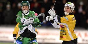 Som aktiv spelare i Hammarby säsongen 2012/2013: Misja Pasjkin i duell med Brobergs Ilari Moisala.