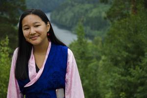 Diki Wangyal, 14 år, tycker det är kul att lära sig tibetansk dans och är intresserad av buddistiska traditioner.  Hon har kommit från Stockholm för att vara med på lägret.