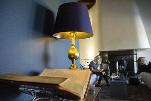 För att sätta den rätta lounge-känslan i vardagsrummet har brunt och beigt fått samsas med mörkt petrolblå nyanser.
