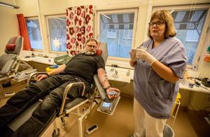 Bengt Sjörs ger av sitt dyrbara blod typ A+. Monica Englund, ansvarig på Borlängetappen hoppas på många fler givare innan jul.