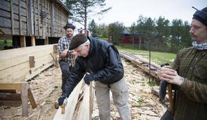 Bert Hägglund är imponerad över arbetet som Niklas Turesson och Emil Stangenberg utför. – Det är handarbete alltihop, säger Bert Hägglund. Foto: Henrik Karmehag/VK
