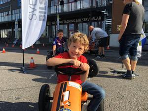 Gustav Gillén Martori, 5 år, bor till vardags i Barcelona men var i Örebro tillsamns med farmor och farfar för att kolla in uppvisningen. Han fick också själv chans att köra en bil efter en snitslad bana.