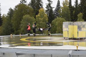 Enligt övningen kunde räddningspersonalen inte använda sig av hissar eller förbindelsegångar. De var tvungna att använda sin egen utrustning och räddningsstegar för att ta hand om de skadade.