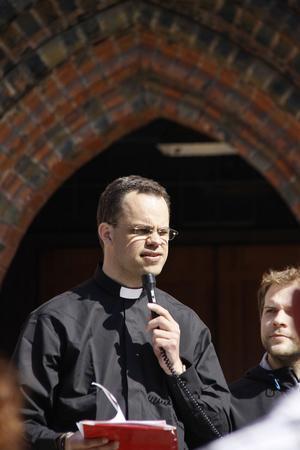 Mikael Grenstedt talar för de samlade korsvandrarna.
