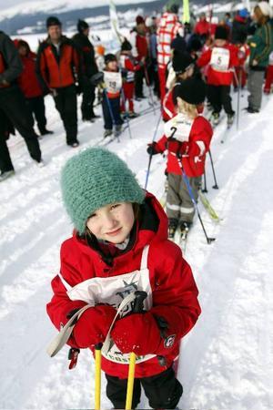 Först ut på årets Duvedsrajden är Tove Ivansson från Offerdals Skidklubb. De yngsta  barnen deltar utan tidtagning och får åka i en bana som är 800 meter lång.