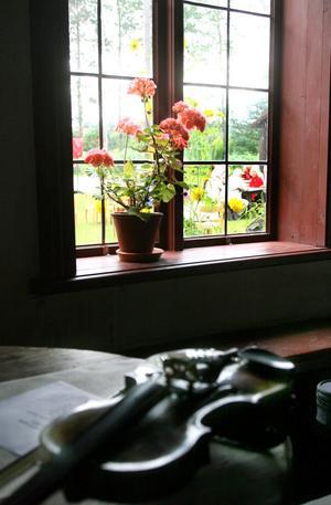 1. En spelklar fiol väntar inne på hembygdsgården i Söderala.
