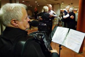 Det blev succé när Bertil Bladhs orkester spelade upp till danskväll på Seniorernas hus i Östersund. Foto: Ulrika Andersson