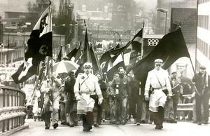 1 maj 1985. Trots duggregn och snålblåst gick enligt arrangörernas bedömning mellan 4000 och 5000 personer i socialdemokraternas första maj-tåg.