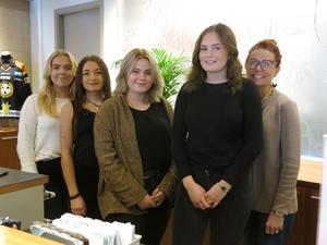 Fyra av eleverna från hotell- och turismprogrammet på Polhemsskolan, Agnes Claesson, Lova Marjavaara, Katja Elfsberg och Ina Eklund, här med läraren Jessica Dahlström, har spännande projekt att se fram emot.