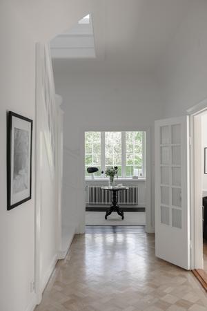 Rakt fram ser man hallen och till höger kommer man in i det stora vardagsrummet.Foto: Helena Köhl