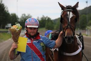 Jonathan Gustavsson tillsammans med Komnes Juni efter tredje raka segern tillsammans. Bild: Mats Persson