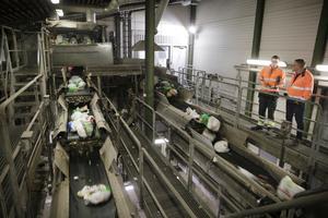 Idag slängs gröna matavfallspåsar tillsammans med restavfallspåsar. På Tvetatippen sorteras de gröna påsarna ut i en optiskt anläggning för att bli biogas, medan restpåsarna går till förbränning.