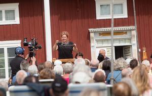 Cia Olsson i full gång att auktionera ut den gamla pennvässaren som Anders Nyman hade fattat tycke för.