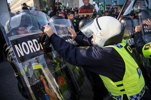 Demonstranter från Nordiska motståndsrörelsens (NMR) konfronteras av kravallpoliser vid demonstrationen i centrala Göteborg på lördagen.Foto Adam Ihse / TT