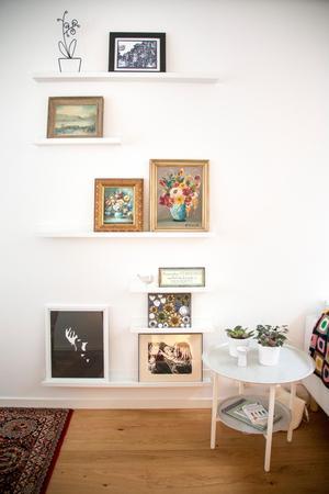 Tavelväggen i vardagsrummet ändrar ofta utseende. I juletid får den lämna plats för en ståtlig julgran.