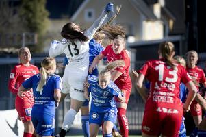 Linnea Svensson (röd spelare i mitten av bilden) i en av fem allsvenska matcher för Kif Örebro, mot Vittsjö i april. Arkivfoto: Kicki Nilsson/TT