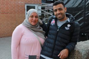 Naif Elzein har rast från sitt jobb på hemtjänsten och passar på att lyssna på lite musik tillsammans med Hanan Aljanadi. – Det är kul att så många människor samlas!, säger Hanan Aljanadi.