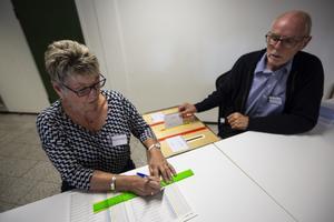 Elvy Mårten och Bengt Larsson agerade röstmottage i valdistrikt Rättvik västra. Här prickas en av de röstandes tre valkuvert av.