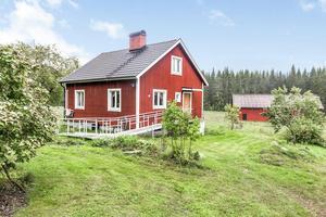 Det lilla huset i Kolsva har två rum i huvudbyggnaden. Det finns även en källare och en vind. Nuvarande ägare bor här permanent.
