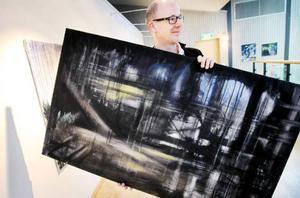 """Oljemålningen i övervägande svart är Pelle Angverts egen favorit. Den heter """"Utan titel"""". """"Jag vill inte styra betraktarna genom att sätta namn på mina konstverk"""", säger Pelle."""