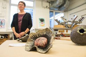 Eva Eriksson har en egen rakuugn som hon har satt hjul på för att kunna dra med sig.