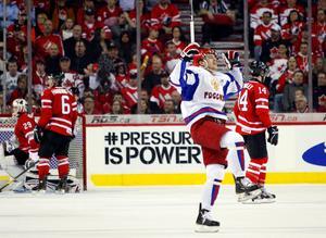 Rysslands Yevgeni Kuznetsov firar ett mål mot Kanada i JVM-semifinalen 2012. Foto: Jeff McIntosh/AP/The Canadian Press