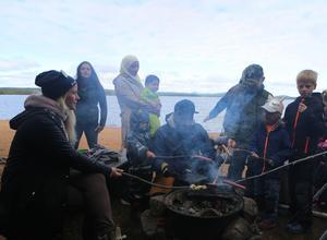 Pinnbröd och grillkorv, ett givet inslag i alla scoutverksamhet.