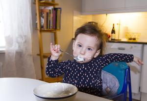 Än så länge har inte Mini utvecklat den hunger som är typisk för syndromet. Men föräldrarna är väl förberedda.