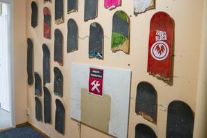 Skejtrådet har varit med och bestämt att väggen i verkstaden skulle smyckas med brädor.