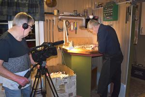 Ingemar Sevemyr filmar när Peter Westerlund arbetar med locket till en fiol.